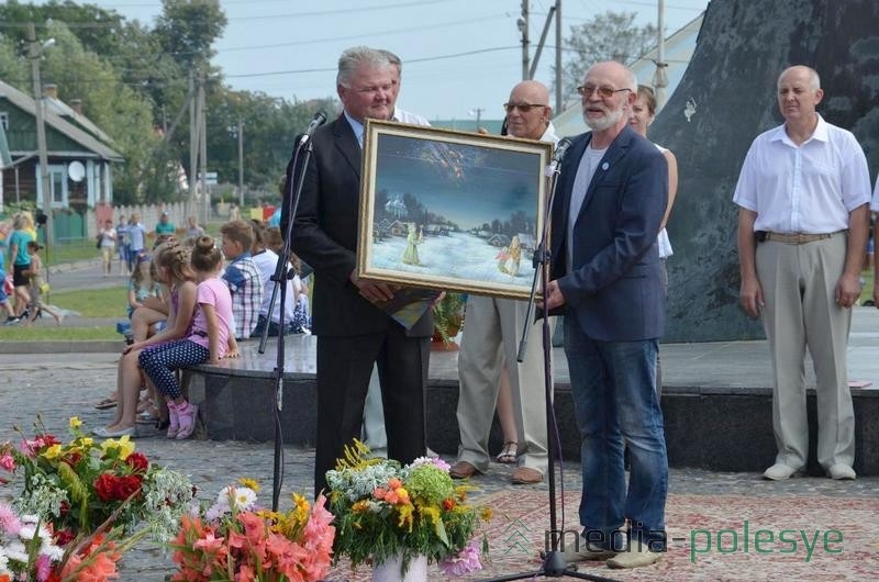 Вячеслав Стадник принимает из рук Анатолия Концубы его картину в дар музею