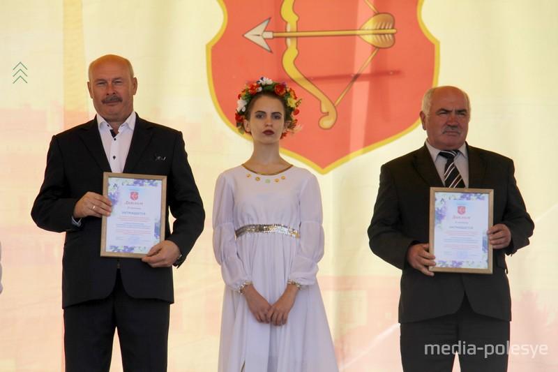 Директор школы №18 Фёдор Радион (слева)