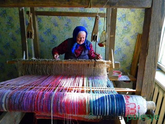 Ткацкий станок, сделанный ещё за польским часом,  занимает почти всю комнату малогабаритной однушки