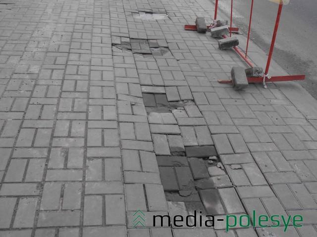 Провалы в тротуарной плитке на улице Горького скоро заделают
