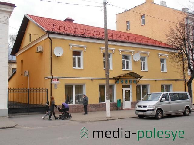 На фасаде исторического здания по улице Ленина, 23 установлены кондиционеры и спутниковые антенны