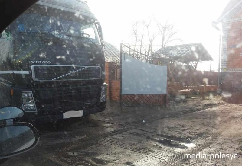 Водитель этой фуры за стоянку в неположенном месте должен уплатить штраф в размере 115 рублей