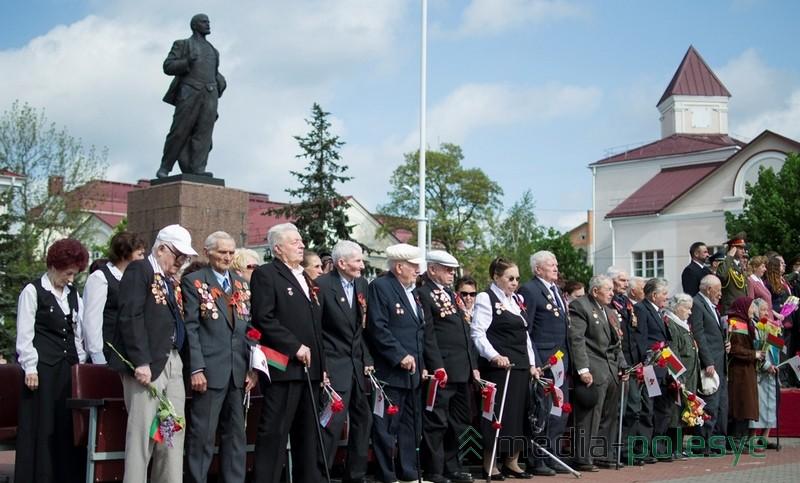Многих из тех, кто попал в кадр, уже нет в живых. А Ленин жив и будет жить. Фото из архива МП, 2014 год