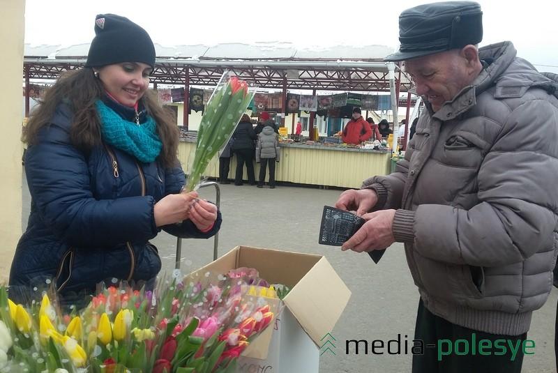 Много цветов и на рынке. В основном – тюльпаны