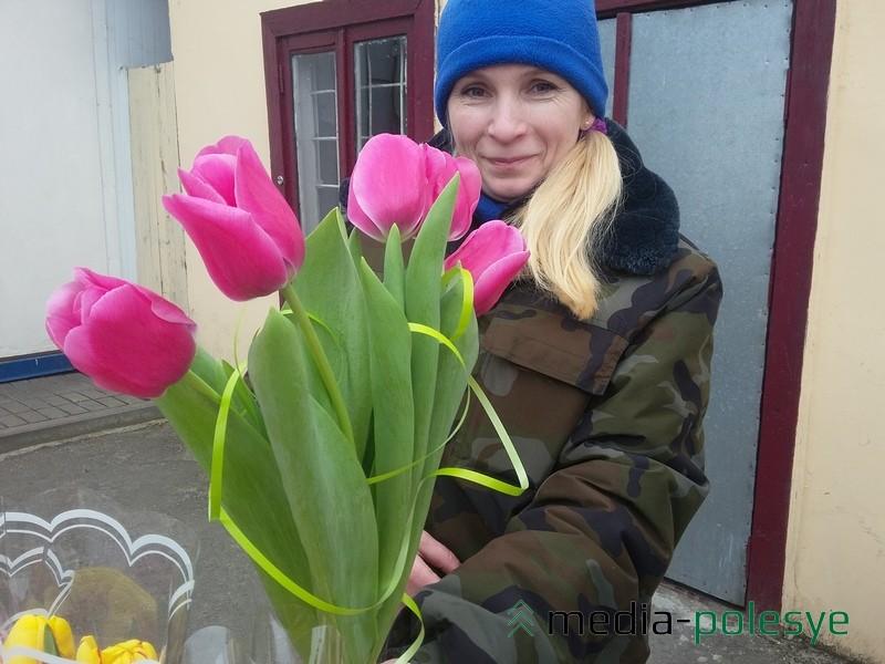 От прохожих приходится слышать, что цветы в этом году красивые, бутоны большие