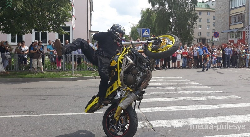 Сложные трюки, рев мотора, дым от шин - своим выступлением впечатлил трюкач на мотоцикле Дмитрий Труханович