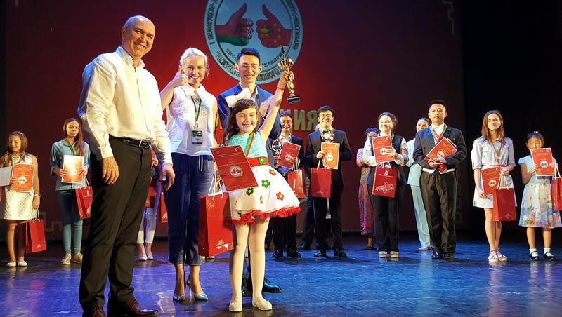 С главной наградой фестиваля «Искусство Шёлкового пути» 6-летняя Златислава Хвесюк