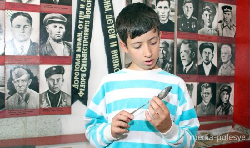 Правнук Петра Ситника с солдатской ложкой