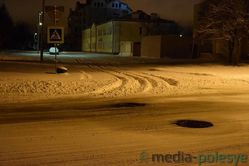 Выезды со дворов и второстепенных улиц пересыпаны снегом, убранным с центральных проездов