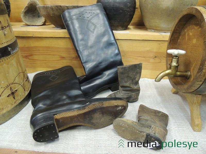 В экспозиции музея есть женские сапоги и детские  сапожки из Давид-Городка