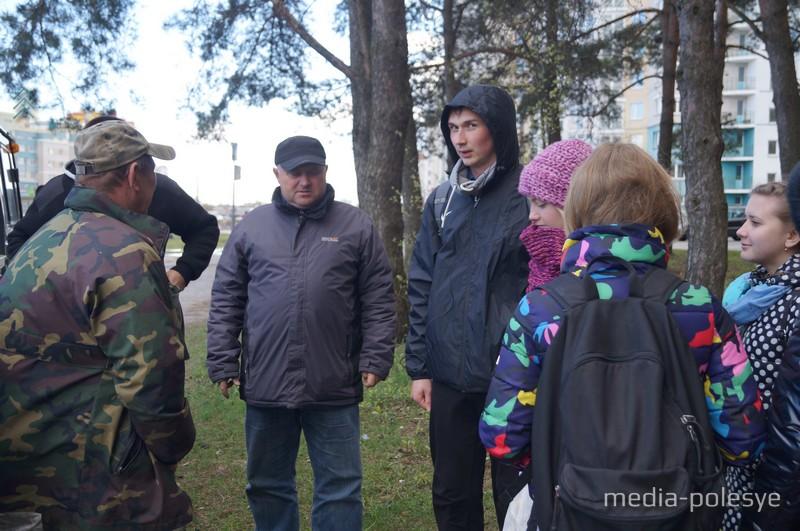 Лесничий Андрей Толковец  (в центре) распределяет обязанности