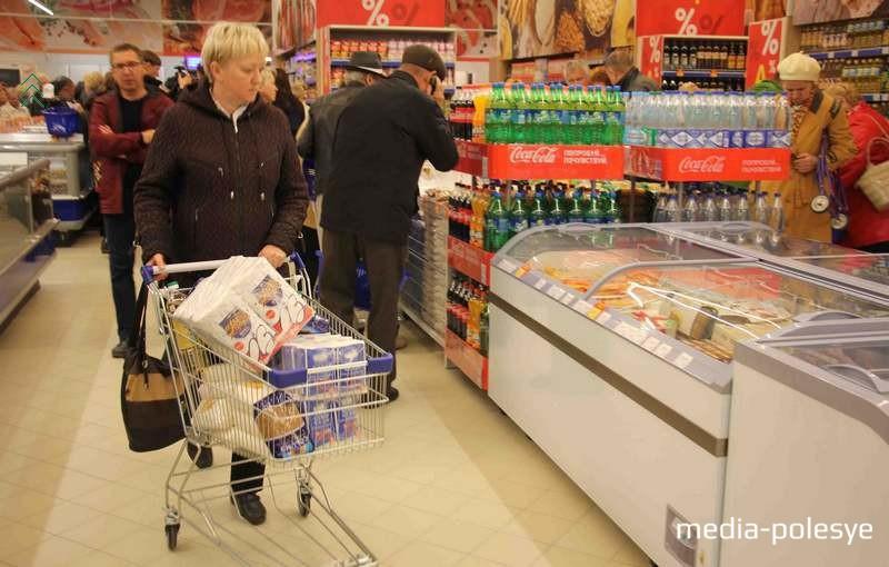 Многие воспользовались скидками и купили продуктов про запас
