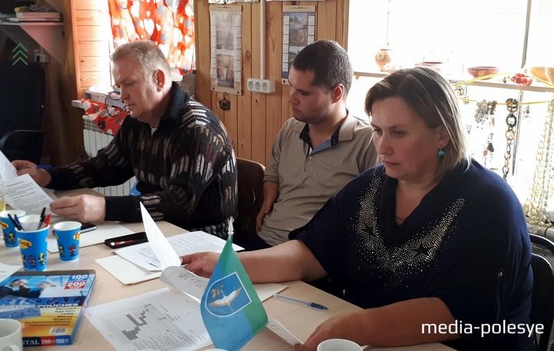 Справа налево: Аэлита Якимович, Сергей Волчик, Николай Гунько