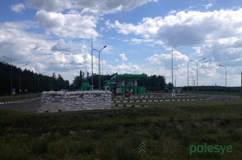 Лахвенская автозаправочная станция защищается от обстрела