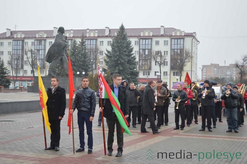 И сегодня колонны ходят под знамёнами у памятников. На фото – празднование Октябрьской революции в Пинске в 2015 году