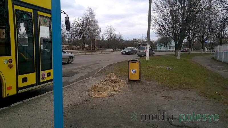Остановка «улица Рокоссовского» с другой стороны – кучки песка у мусорки