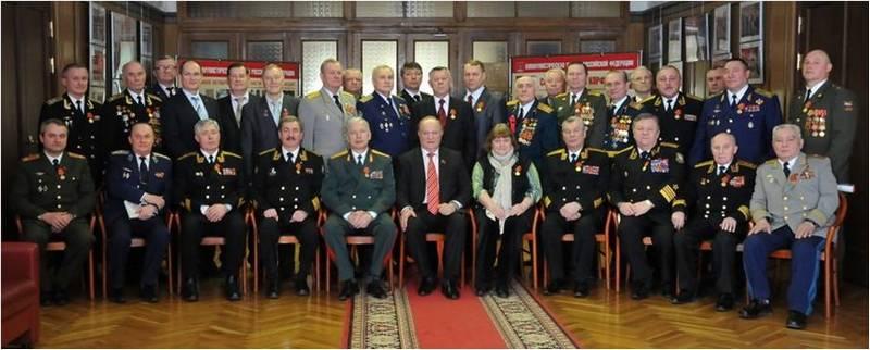 Ульян Байзерт в верхнем ряду четвёртый справа