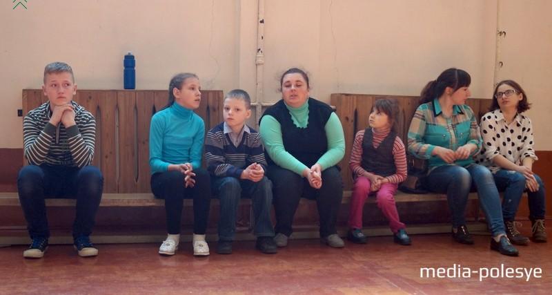Воспитанники социально-педагогического центра с воспитателями