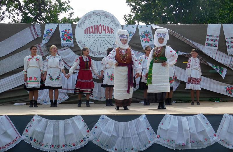 Удзельніцы паказу аўтэнтычных касцюмаў Столінскага раёна