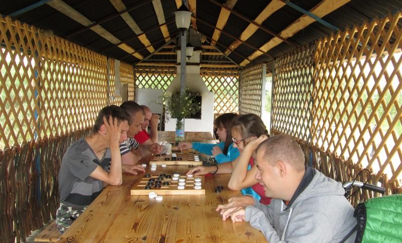 Некоторые ребята только в лагере научились играть в шахматы