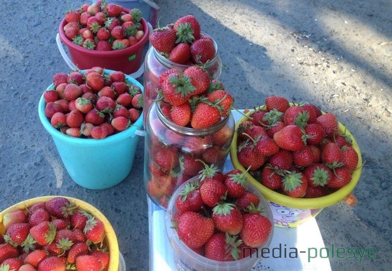 Свежесобранная ягода в ожидании покупателей