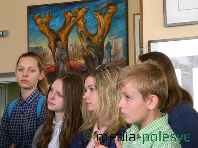 Ученики на выставке