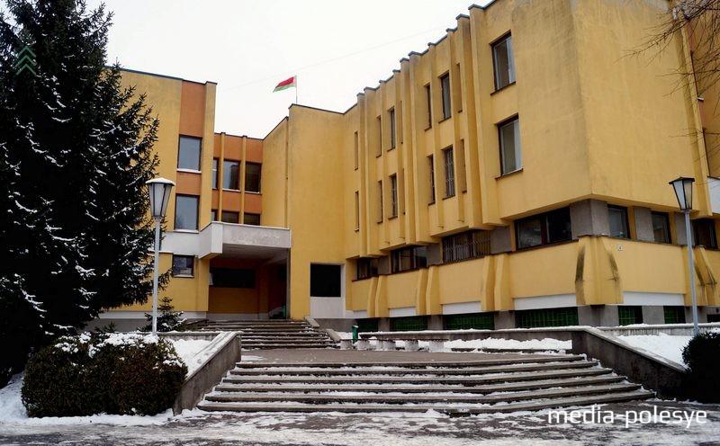 До недавнего времени здание суда выглядело так