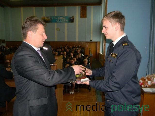 Начальник Пинского ГОВД Валерий Гринько награждает одного из 12-ти победителей. Фото предоставлены пресс-службой Пинского ГОВД