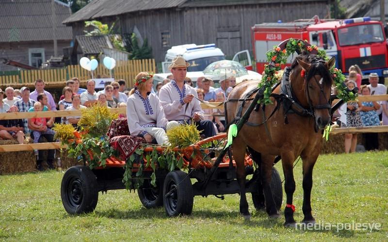 Гонки возчиков – традиционные соревнования фестиваля. Жюри оценивает украшения телеги, поведение лошади, умение ею управлять и время прохождения препятствий