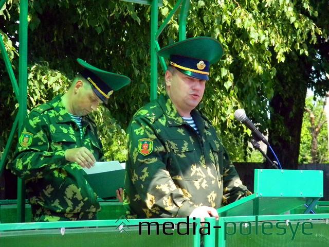 Полковник Игорь Гутник даёт наставление молодым бойцам