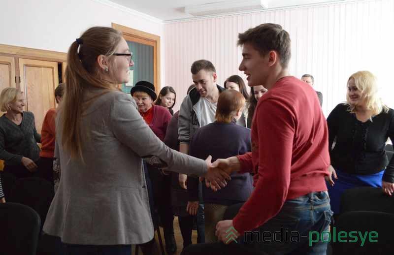 Перед началом спектакля актёры и зрители познакомились друг с другом