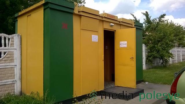 Жёлто-зелёные кабинка общественного туалета у Полесского драмтеатра