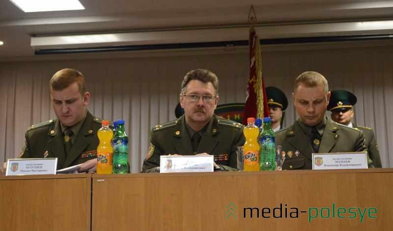 Начальник Пинского погранотряда Максим Бутранец (на фото слева)