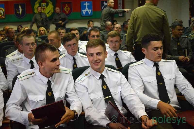 У молодых офицеров хорошее настроение