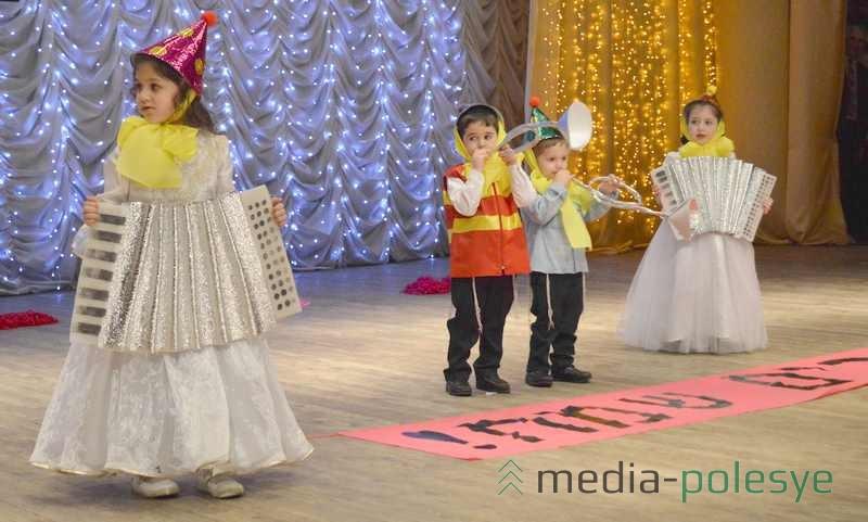 На сцене - представители младшего поколения
