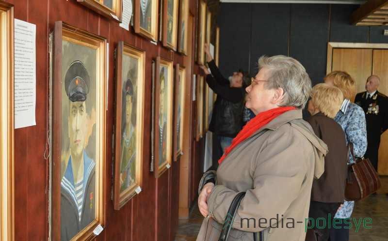 На выставку пришли родственники тех моряков, портреты которых написал мастер