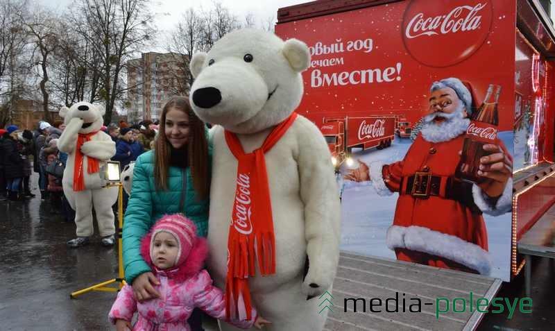 Фото с белым медведем на память