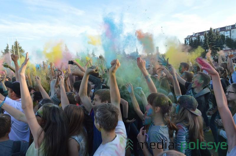 В 2015 году на фестивале красок было весело