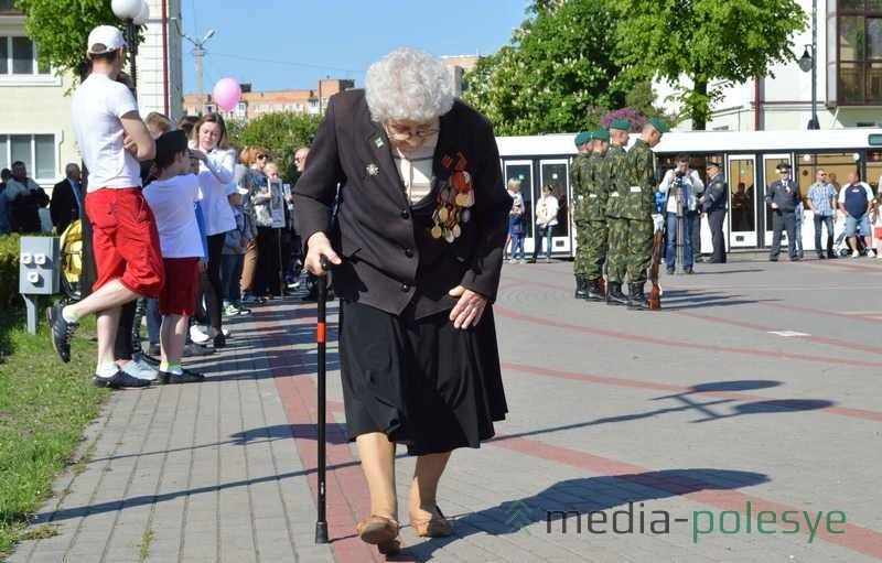 Ветераны, не смотря на прожитые годы идут на площадь отмечать День Победы