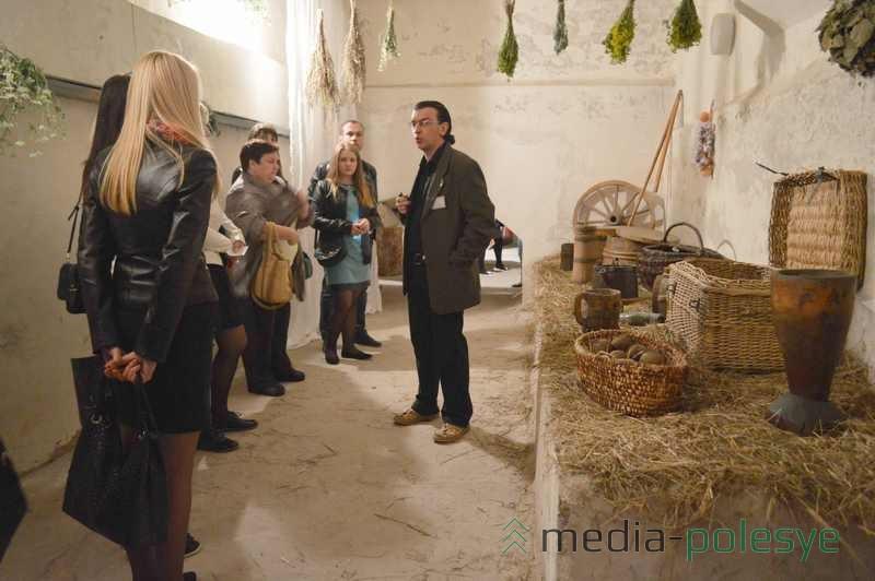 Первый зал подвального помещения оштукатурен во время реставрации здания коллегиума в 1996 году. Сотрудники музея в подвале устроили небольшую экспозицию хозяйственной утвари, которой могли пользоваться люди в XVII веке