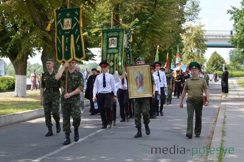 Шествие к мемориалу воинам-освободителям Пинска под православными хоругвами