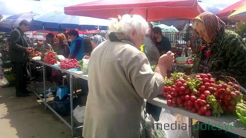 Покупатель на рынке может выбрать товар на любой вкус и поторговаться