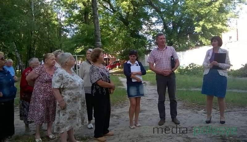 На встрече с жильцами представители ЖЭСа и его начальник Александр Шкабара (высокий мужчина справа)
