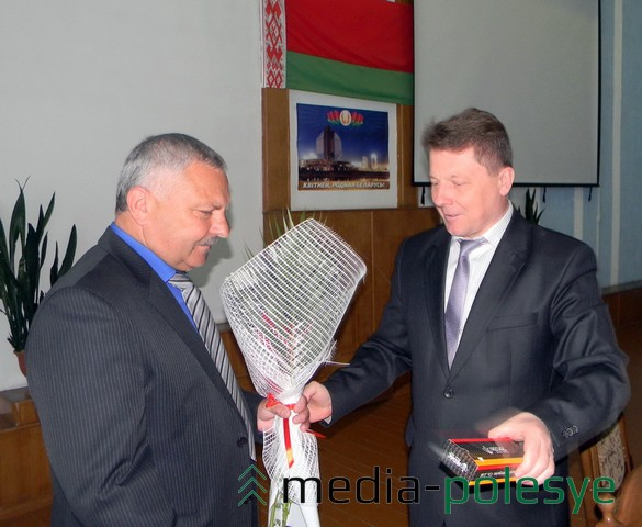 Начальник Пинского ГОВД Валерий Гринько вручил подарок от сотрудников отдела Николаю Пушу