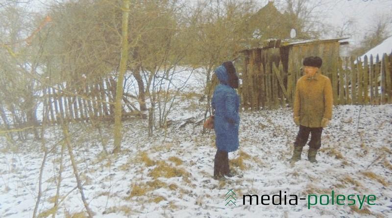 Леонид Дульский указывает на то место, где, как он утверждает, были похоронены советские солдаты