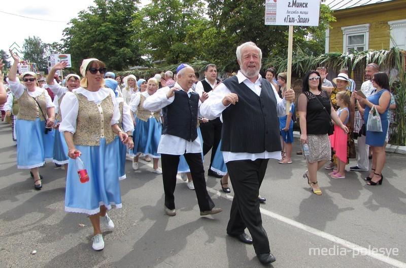 Шествие танцевального коллектива «Гиль-Загав» из Минска встречали аплодисментами, со всех сторон слышалось: «Наши приехали!»