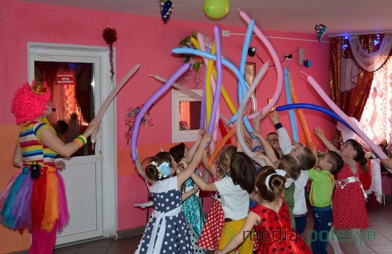 Маленькие стиляги устроили праздник в речицком детском саду  fc41f32105dd4