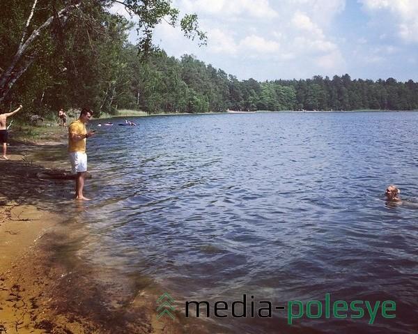 Достопримечательность заказника «Лунинский» - озеро Белое и произрастающая здесь Лобелия Дортмана