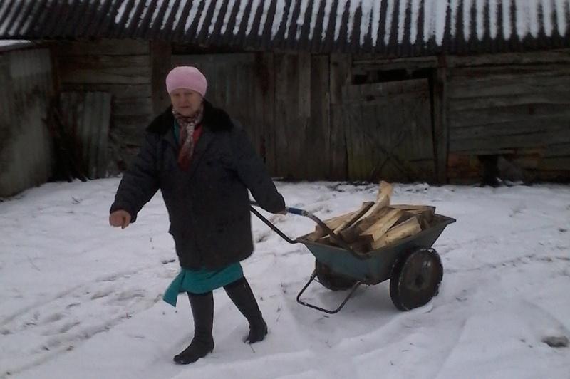 Вера Мозоль везёт дрова
