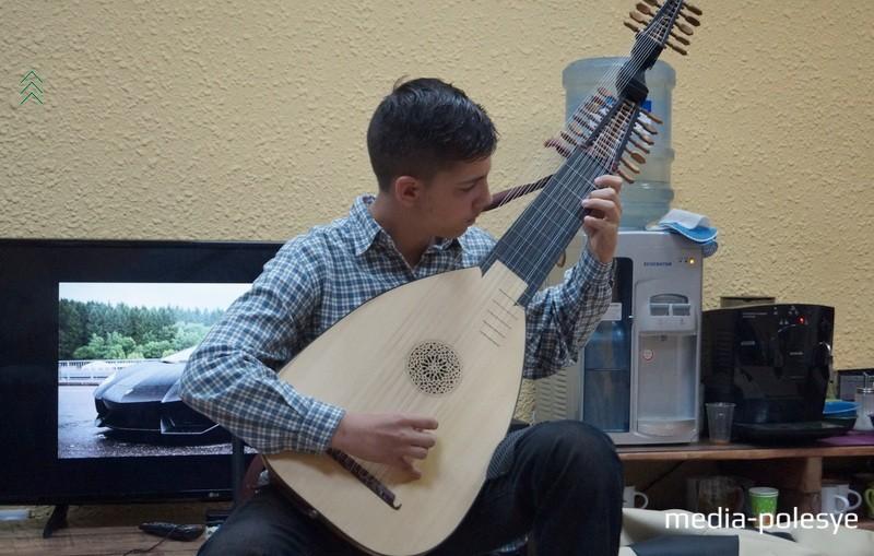 Лютневая музыка способствовала романтизации эпохи средневековья. Лютнист Стефан Ясинефта
